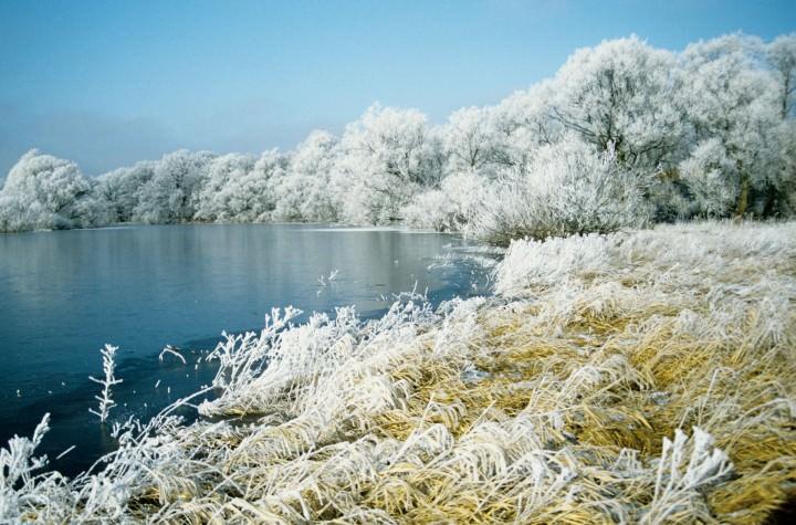 Winterlandschaft mit See - Foto: Hans-Jörg Wilke