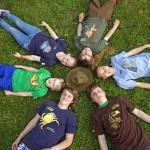 Kinder liegen auf einer Wiese - Foto: Arnold Morascher