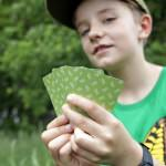 Junge hält aufgefächerte Karten - Foto: EUROPARC Deutschland