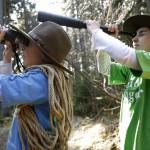 Kinder beobachten den Wald - Foto: Arnold Morascher