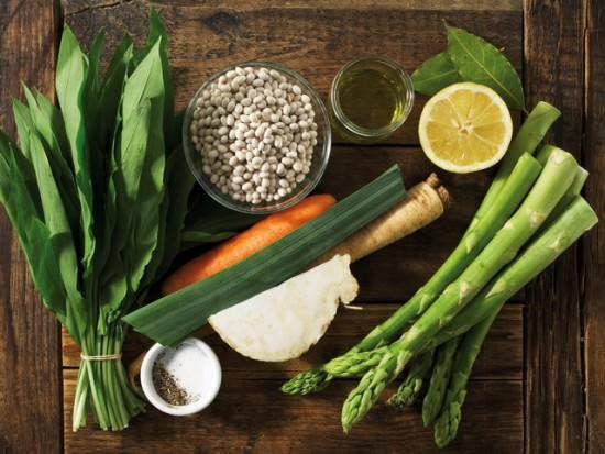 Tisch mit verschiedenem Gemüse - Foto: eatsmarter